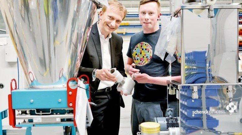 In der Produktion: Mechatroniker David Berg begutachtet mit Andreas Evertz eine gerade gefertigte Dosieranlage für die Lebensmittel-Industrie. Foto: Scheffler