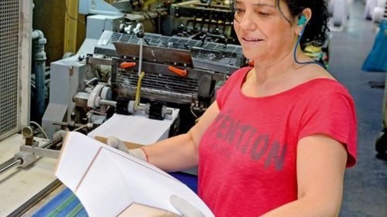 In der Produktion: Mitarbeiterin Bedrie Qunoku mit 1.000 Umschlägen. Foto: Scheffler