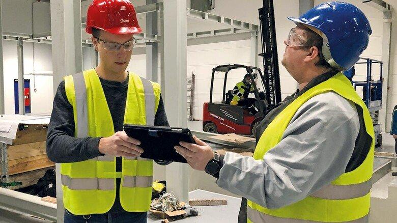 Besprechung: Projektleiter Jacco Hansen (links) mit einem Kollegen auf der Baustelle der neuen Lackieranlage, die derzeit errichtet wird.