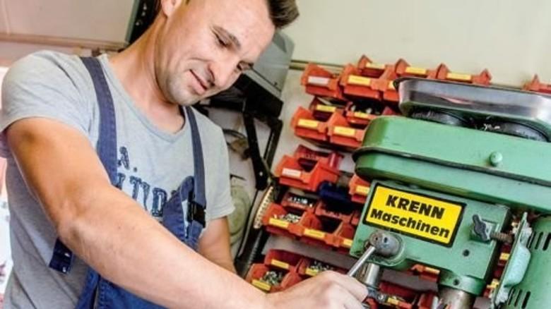 In der Werkstatt: Saisonkraft Bogdan Anton gehört seit Jahren zum Team. Foto: Roth