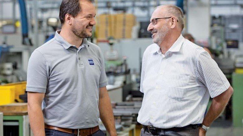 Der Chef ist viel jünger: Kim Marc Waldmann (links), Leiter der Fertigung, schätzt die Erfahrung seines Kollegen. Foto: Eppler