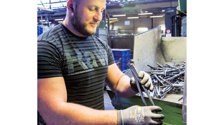 Die Produktion: Johannes Klassen richtet eine Kraftmonierzange. Foto: Tack