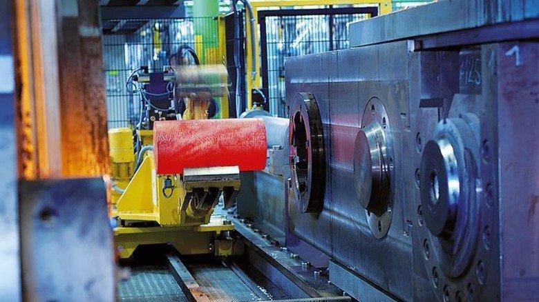 Große Presse: Diese Anlage bringt die Messingrohre in Form. Foto: Diehl Metall Stiftung & Co. KG