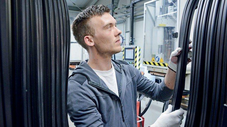 Sauber aufgereiht: Alexander Roshkow hat Dichtungen für den Tunnelbau produziert.