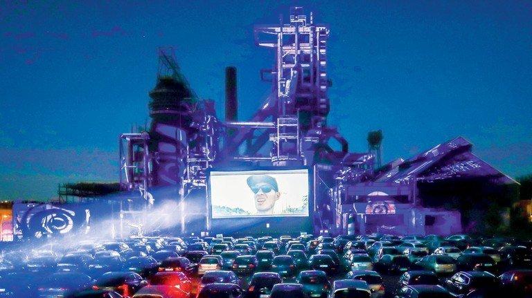 Große Leinwand: Im eigenen Auto kann man Kinofilme mit dem gebotenen Abstand zum Rest des Publikums genießen.