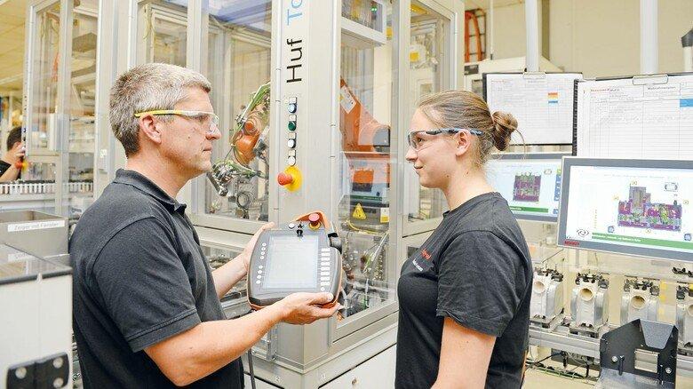 Tipp vom Ausbildungsleiter: Thomas Kaup erklärt Jacqueline Fortmann die Steuerung einer Anlage.