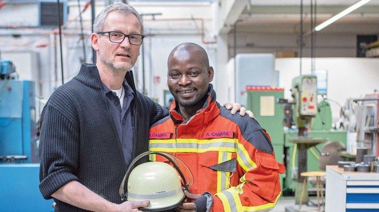 Integriert: Achim Bröcker, Meister in der Presserei, hat den Azubi 2017 mit zur Feuerwehr genommen.