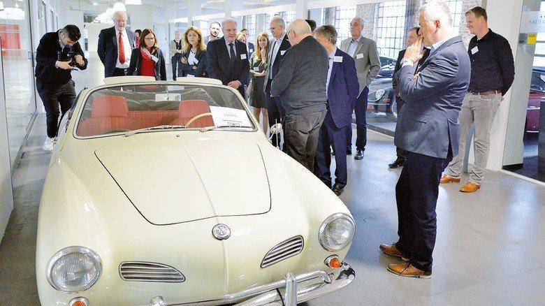 Zeitreise durch die Autowelt: Teilnehmer des Hessenforums 2019 bei einer Führung durch die Klassikstadt in Frankfurt.
