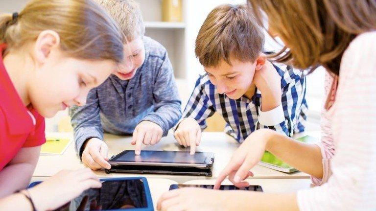 In der digitalen Schule lernen Kinder mithilfe von Computern, Tablets und Informationen aus dem Internet. Foto: Adobe Stock