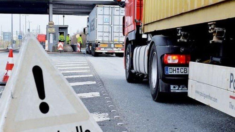 Bitte weiterfahren: Container verlassen den Freihafen Bremerhaven. Sie wurden dort verzollt. Foto: dpa