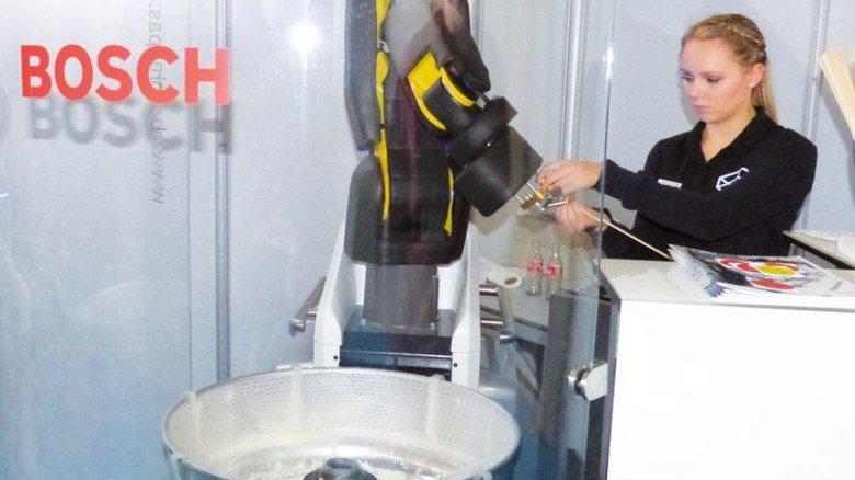 Praxisbeispiel: Angelika Kühl lässt einen Roboter Zuckerwatte herstellen. Foto: Arconic