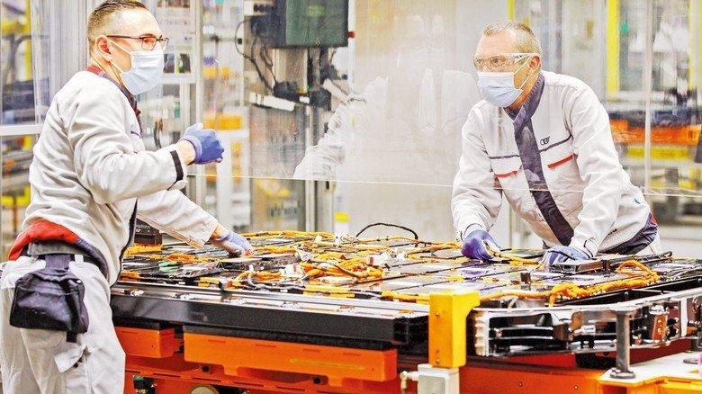 Produktion unter neuen Bedingungen. In den Unternehmen wurden schnell Lösungen entwickelt, um die erforderlichen Hygieneregeln auch in der Produktion umzusetzen.