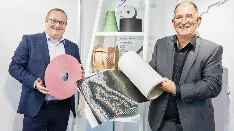 Gut aufgerollt: Bernhard Eberlein(links) und Jürgen Wenzel vom Papierrollenspezialisten Franz Veit.