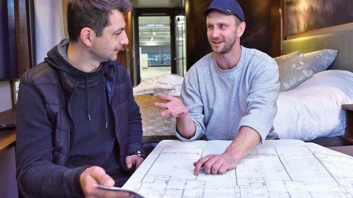 Alles nach Plan: Kaya (rechts) im Gespräch mit einem Kollegen. Foto: Augustin