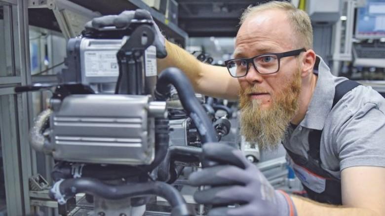Prüfender Blick: Webasto-Mitarbeiter Franko Saager mit Standheizung nach der Endkontrolle in der Kamerabox. Foto: Christian Augustin