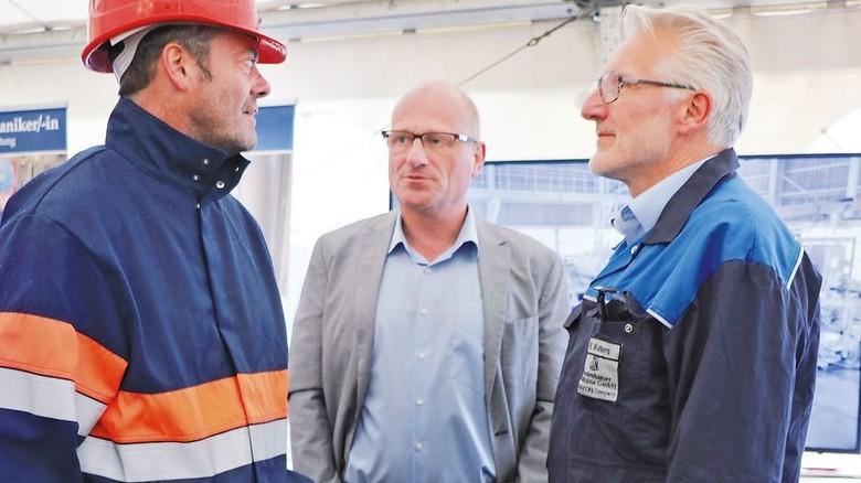 Austausch: Hüttenchef Rainer Wahlers (rechts) im Gespräch. Foto: Zinkhütte
