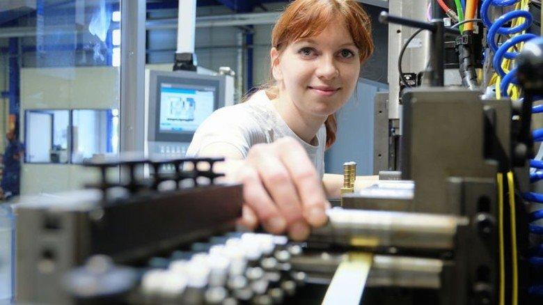 Konzentriert: Werkzeugmechanikerin Lisa Schulz richtet eine Maschine ein. Foto: Deutsch