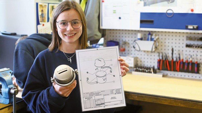 Ein Ventiltopf als Spardose: Eine Schülerin nach der Tour mit dem Bauplan und dem fertigen Produkt.
