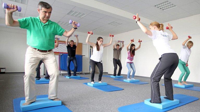 Das tut gut: Sportliches Training unter professioneller Anleitung im Betrieb. Es ist aber nur ein Baustein, um die Belegschaft fit und gesund zu halten.