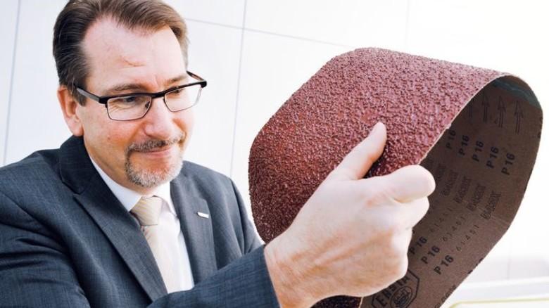 Breit und grob: Oliver Jackl zeigt ein Schleifband für die Möbel-Industrie. Foto: Wirtz