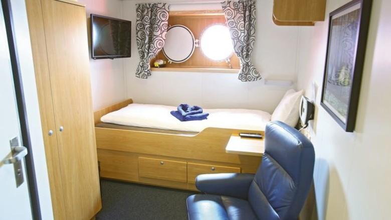 Hoher Standard: Die Servicetechniker wohnen auf dem Schiff in Einzelkabinen mit Tageslicht und Fernseher. Foto: dpa