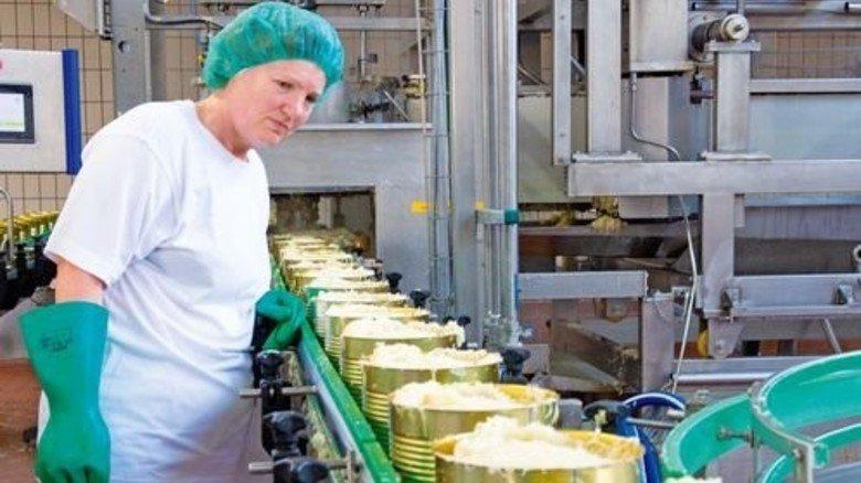 Produktion bei Hengstenberg: Maschinenführerin Maria Gosmann schaut an der Abfüllanlage nach dem Rechten. Foto: Straßmeier