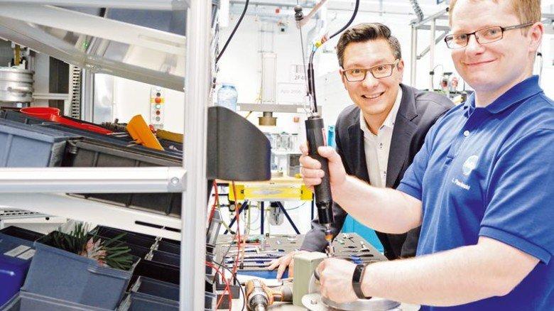Montage: Lukas Pawlinski (rechts) und André Goller beim Verkabeln eines Druckentlastungsventils. Foto Scheffler