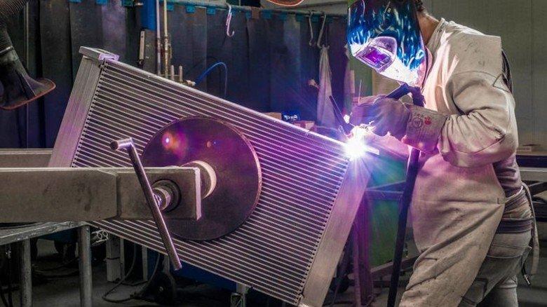 Größtenteils Handarbeit: Bei der Firma AKG in Dortmund fräsen, schweißen und montieren rund 70Mitarbeiter in zwei Schichten die Produkte. Foto: Roth