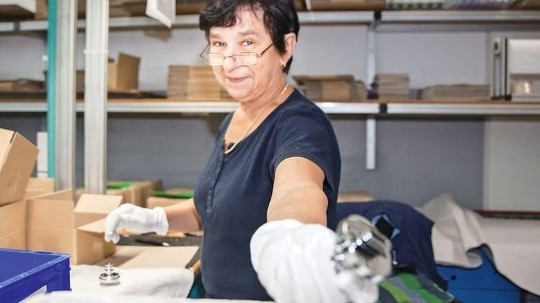 Endkontrolle: Helene Pazur nimmt jedes Teil in die Hand. Foto: Nougrigat