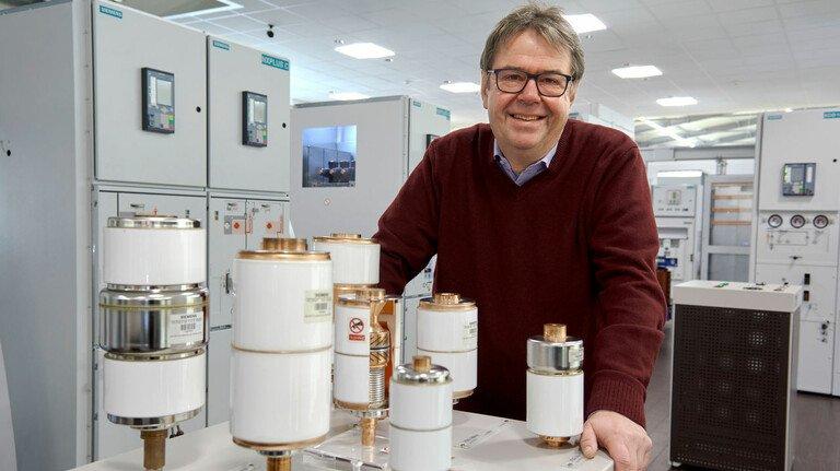 Im Showroom des Schaltanlagenwerks von Siemens: Rainer Welzel, Personalleiter Region Südwest.