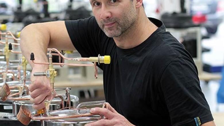 In der Produktion: Marko Kuschel kontrolliert Komponenten der Kältekammer. Foto: Gossmann