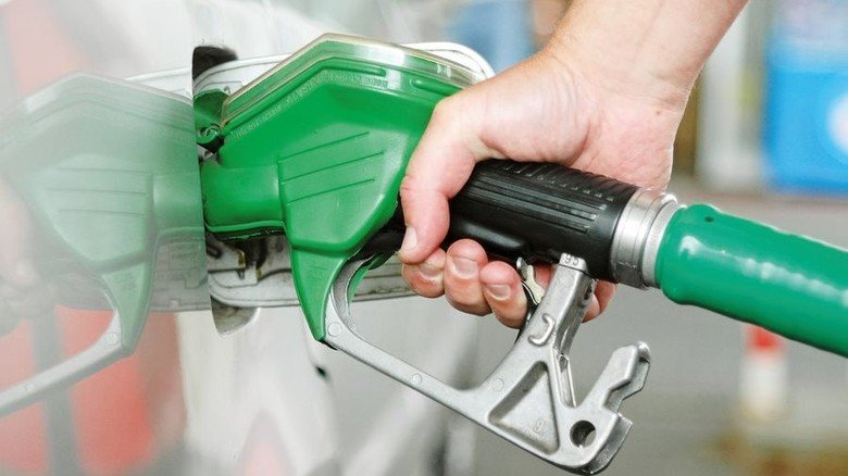 An der Zapfpistole: In der Zukunft könnten Verbrenner völlig emissionsfrei fahren – dank synthetischer Kraftstoffe. Foto: Adobe Stock