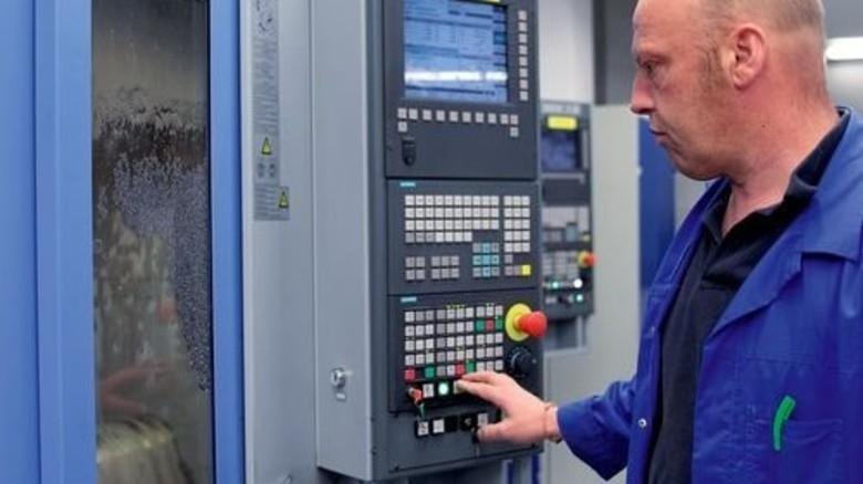 Innovativ: Ulf Schilling an einer Maschine, die gerade installiert wurde. Foto: Mischke