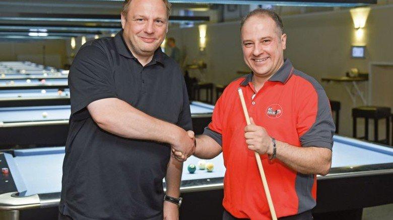 Glückwunsch: Der Präsident des Hamburger Vereins BC Queue gratuliert Meric Reshat (rechts) zum Wechsel. Foto: Christian Augustin