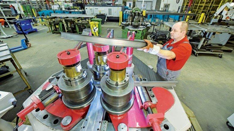 Er hat den Bogen raus: Mitarbeiter Jens Krause in der Vorfertigung, wo die Teile für die Förderanlagen des Unternehmens in Form gebracht werden.