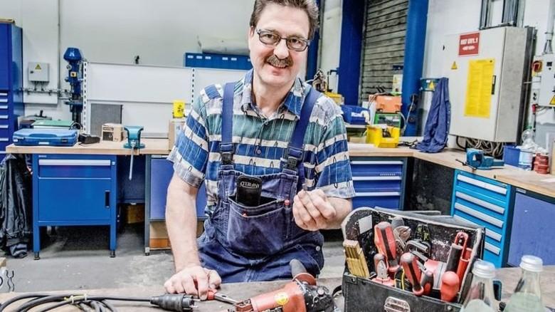 In der Werkstatt: Wolfgang Tellers berufliche Zukunft war nach seinem schweren Unfall ungewiss. Foto: Roth