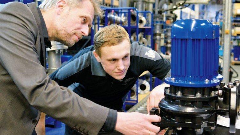Endmontage: Industriemechaniker Jonas Stöcker und Wolfram Kuhn mit einer Schwimmbadpumpe. Foto: Scheffler