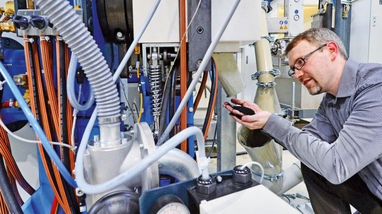 Aus Gummi wird Pulver: Stefan Hoyer nimmt eine Probe, um die Qualität zu bewerten. Foto: TU Chemnitz/Hendrik Schmidt