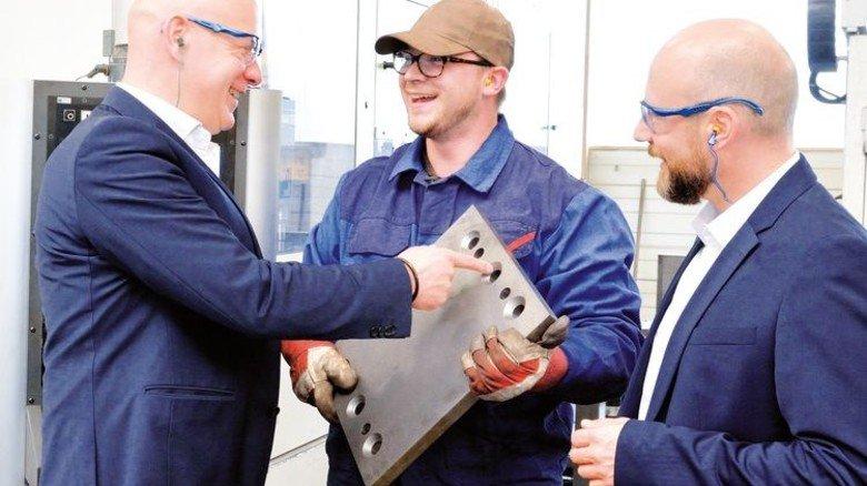 Enger Kontakt zur Belegschaft: Die Geschäftsführer im Gespräch mit Produktionsmitarbeiter Marco Frederics. Foto: Scheffler