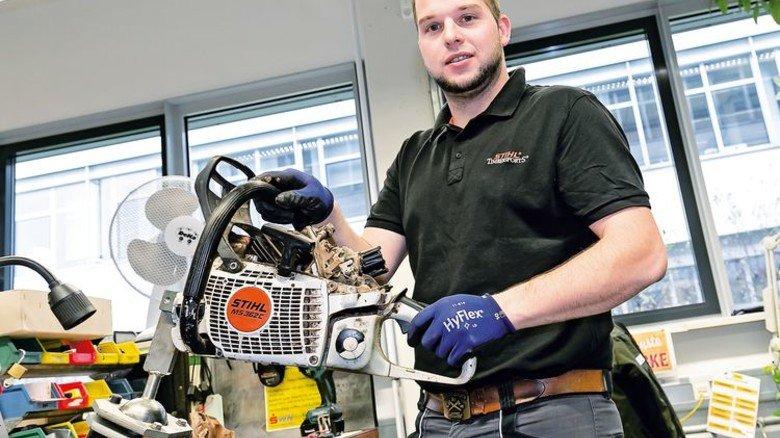 Motorsägen-Test: An seinem Arbeitsplatz prüft Fink Maschinen, die draußen zum Einsatz kommen. Foto: Mierendorf