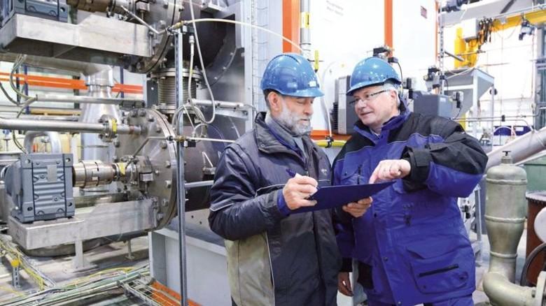 Am Reaktor: Jürgen Fechner und Hermann Fischer (links) werten Daten aus. Foto: Sturm