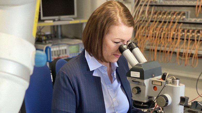 """Helena Schmidt von Emerson Process Management in Hasselroth: """"An meinem Arbeitsplatz kann ich jetzt auf gutes Fachwissen zurückgreifen."""""""