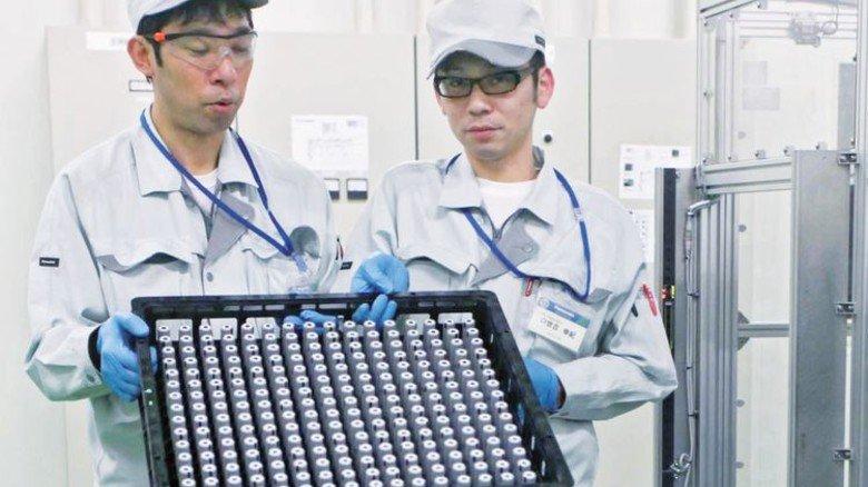 Begehrte Akkus: Arbeiter von Panasonic mit frisch gefertigten Lithium-Ionen-Akkus. Foto: Getty