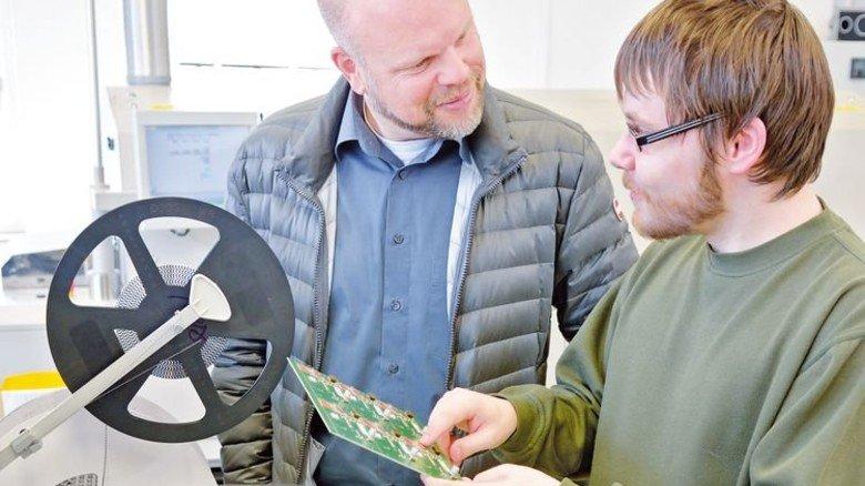 Alleskönner: Steffen Müller im Gespräch mit Elektroniker Sven Baumann, der in der hochautomatisierten Leiterplattenbestückung arbeitet. Foto: Scheffler