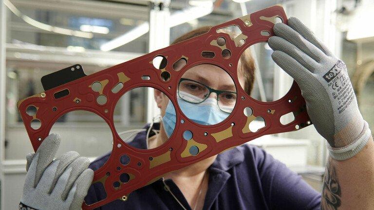Zwischenprüfung: Produktionsmitarbeiterin Iris Leinberger kontrolliert bei EltingKlinger in Runkel eine Zylinderkopfdichtung nach der Montage.