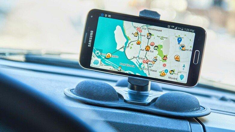Wissen, wo es langgeht: Auch mit den Alternativen zu Google Maps wie hier der App Waze lässt sich schnell und sicher das Ziel finden.