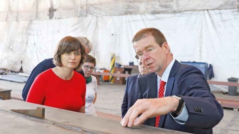 Politikerin zu Besuch: Die Bundestagsabgeordnete Claudia Müller bei Ostseestaal. Foto: Werk