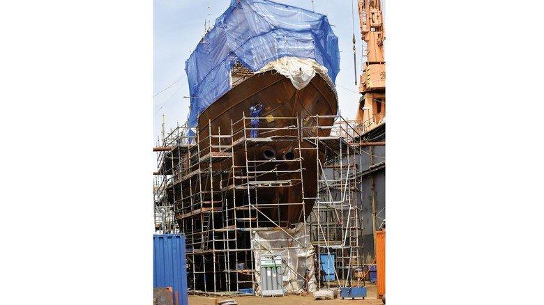 Arbeit am Bug: Im Dock von EWD wird das Schiff gründlich überholt. Dabei schützt eine Plane die Arbeiter auf dem Deck vor Wind und Wetter.