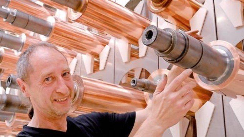 Bereit für ein neues Druckbild: Michael Wrobel zeigt Tiefdruckzylinder mit frischer Kupferschicht. Foto: Scheffler