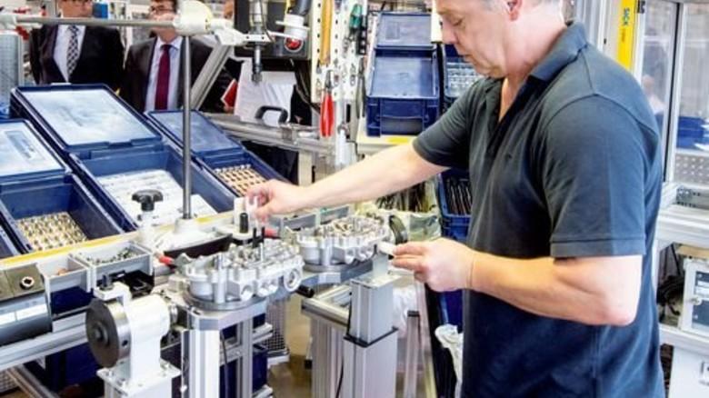 Zum Greifen nah: Ein spezieller Montageplatz beim Automobilzulieferer ZF in Passau ist so gestaltet, dass Mitarbeiter alle Bauteile ohne Anstrengung erreichen können. Foto: Weigel